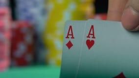 Чемпион покера показывая мастерский класс на казино, точку зрения картежника сток-видео
