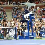 чемпион Серена Уильямс грэнд слэм 23-time спорит с судьей на вышке Карлосом стула Ramos во время ее 2018 США раскрывает финальный стоковая фотография