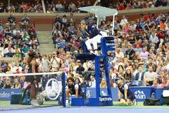 чемпион Серена Уильямс грэнд слэм 23-time спорит с судьей на вышке Карлосом стула Ramos во время ее 2018 США раскрывает финальный стоковые фото