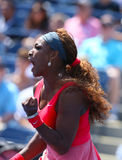 Чемпион Серена Уильямс грэнд слэм 16 времен во время его второй спички круга на США раскрывает 2013 против Galina Voskoboyeva стоковые фото