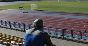 Чемпион сидит в стадионе перед конкуренцией сток-видео