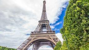 Чемпион de Марс и hyperlapse timelapse Эйфелева башни в солнечном летнем дне Франция paris видеоматериал