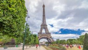Чемпион de Марс и hyperlapse timelapse Эйфелева башни в солнечном летнем дне Франция paris сток-видео