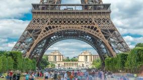 Чемпион de Марс и timelapse Эйфелева башни в солнечном летнем дне Франция paris сток-видео