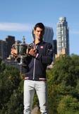 Чемпион Novak Djokovic грэнд слэм 10 времен представляя в Central Park с трофеем чемпионата Стоковая Фотография