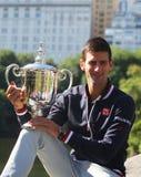 Чемпион Novak Djokovic грэнд слэм 10 времен представляя в Central Park с трофеем чемпионата Стоковое Фото