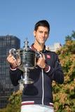 Чемпион Novak Djokovic грэнд слэм 10 времен представляя в Central Park с трофеем чемпионата Стоковые Изображения