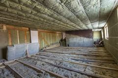 Чердак дома под конструкцией Стены мансарды и изоляция потолка с шерстями утеса Материал изоляции стеклоткани в деревянном fram стоковые фото