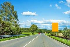 Через дорогу с желтым дорожным знаком стоковые фотографии rf