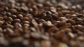 Через кучу кофейных зерен видеоматериал