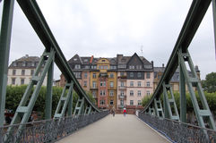 Через мост Франкфурт-на-Майне Германия Стоковое фото RF