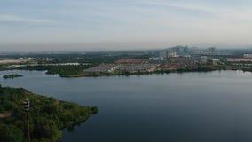 через озеро стыковки silhouetted восход солнца видеоматериал
