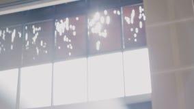 Через окна блески солнца видеоматериал