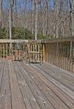 через палубу стулов смотря древесину таблицы Стоковые Фото