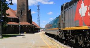 Через поезд рельса покидая Brantford, Канада 4K видеоматериал
