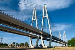 через связанное реку кабеля моста Стоковые Изображения