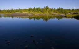 через смотреть реку все еще широко стоковое изображение rf