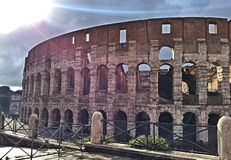 Через Солнце после дождя в Риме Colosseum стоковые фото