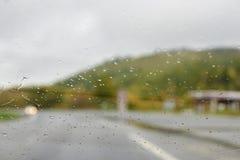 через стекло Идите дождь падения запачканная предпосылка Стоковые Фотографии RF