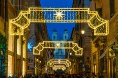 Через dei Condotti водя к Аркаде di Spagna Время рождества в Риме, Италии стоковое изображение rf