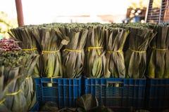 Черенок лук-пореев, зеленых овощей, продукции местного рынка в изображении конца коробки поднимающем вверх Взгляд сверху вегетари Стоковые Изображения