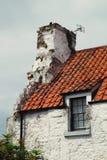 Черепицы старого дома с окном и дымовой трубой стоковые фотографии rf