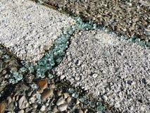 Черепки сломленного автомобиля стеклянные на мостоваой Стоковая Фотография RF