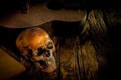 Череп и гитара на древесине, Стоковые Фотографии RF