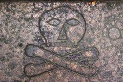 Череп и кости на плите стоковое изображение