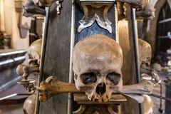 Череп и косточки в часовне-Sedlec косточки, Kutna Hora Стоковое Изображение RF