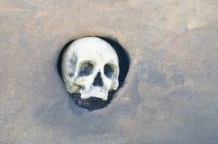 Череп хеллоуина Пугающий череп хеллоуина установил в отверстие в стене Стоковое Изображение RF