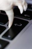 Череп Fox без нижней челюсти на клавиатуре компьтер-книжки Концепция опасностей ИТ Tehology и искусственного Стоковая Фотография