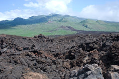 Черная лава трясет линию берег на Keanae на дороге к Гане в Мауи, Гаваи стоковая фотография rf