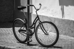 Черная автостоянка велосипеда на улице в европейском городе Чернота и whit Стоковое Фото