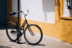 Черная автостоянка велосипеда на улице в европейском городе Стоковое Изображение