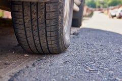 Черная автошина автомобиля на дороге стоковое фото rf