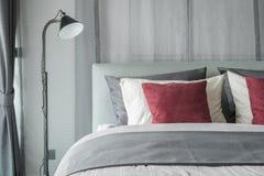 Черная лампа в современном дизайне спальни стоковая фотография