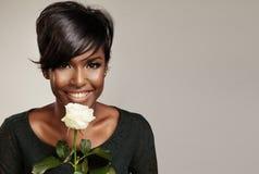 Черная латинская женщина с белой розой Стоковое фото RF