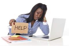 Черная Афро-американская этничность расстроила женщину работая в стрессе на офисе Стоковые Фотографии RF