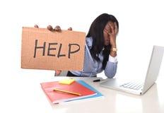 Черная Афро-американская этничность расстроила женщину работая в стрессе на офисе Стоковое Изображение RF