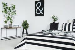 Черная, белая и striped подушка Стоковое Изображение
