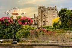 черная белизна отражения части шахмат замока Килкенни Ирландия стоковая фотография