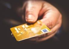 черная белизна фото руки кредита карточки Стоковые Фотографии RF