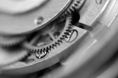 Черная белая металлическая предпосылка с cogwheels металла clockwork Стоковое Изображение RF