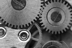 Черная белая металлическая предпосылка с cogwheels металла clockwork Стоковое Изображение