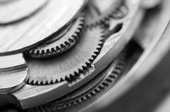 Черная белая металлическая предпосылка с cogwheels металла clockwork Стоковые Фотографии RF