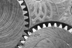 Черная белая предпосылка с cogwheels металла старый clockwork Стоковые Фотографии RF