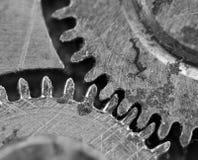 Черная белая предпосылка с cogwheels металла старый clockwork Стоковая Фотография RF