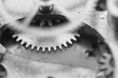 Черная белая предпосылка с cogwheels металла старый clockwork Стоковое Изображение RF