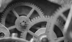 Черная белая предпосылка с cogwheels металла clockwork Концепция Стоковое Изображение